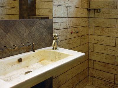 Залепване на плочки в баня, монтаж на мивка