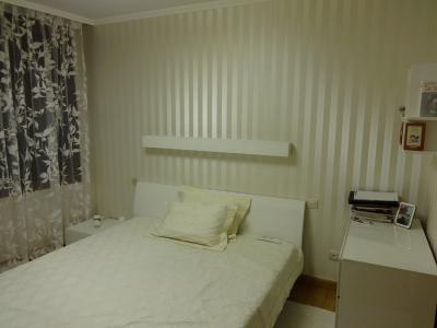 Ремонт на спалня - лепене на тапети, таван