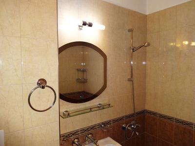 Ремонт на баня - залепване на плочки, огледало