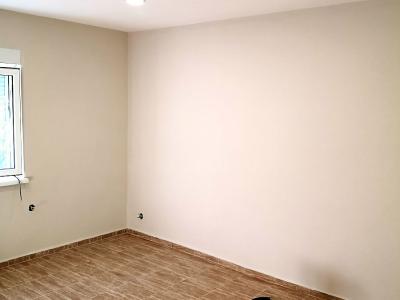 Фина шпакловка, бойдисване с латекс и монтаж на ламиниран партет при ремонт на апартамент