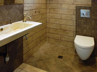 Залепване на няколко вида плочки в баня, монтаж на мивка